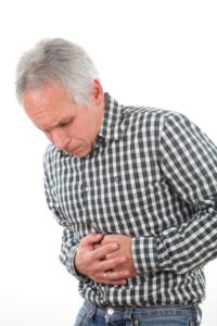 Magengeschwuere: Mann hat Schmerzen
